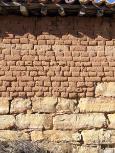 Muro de adobe y piedra en una antigua casa de la provincia de Burgos (España).
