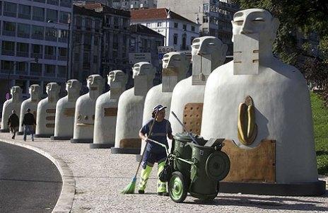 Esculturas de la exposición 'Nuestros silencios' en una de las plazas principales de Lisboa. | Efe