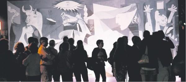 Una reproducción del Guernica, de Picasso, atrajo todas las miradas en el Paseo del Arte, en Puerto Madero Foto:Maxie Amena