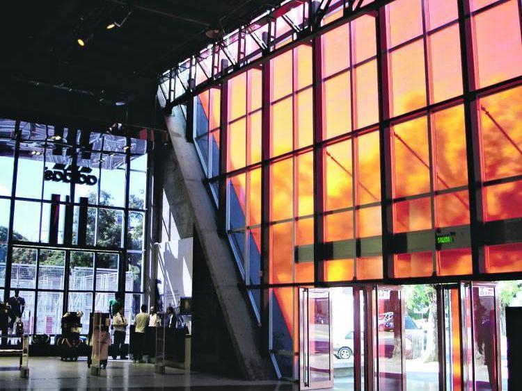 Acceso. Se aprovechó el muro cortina para brindar luz natural al área más pública del museo. Foto: Clarín.com Arquitectura