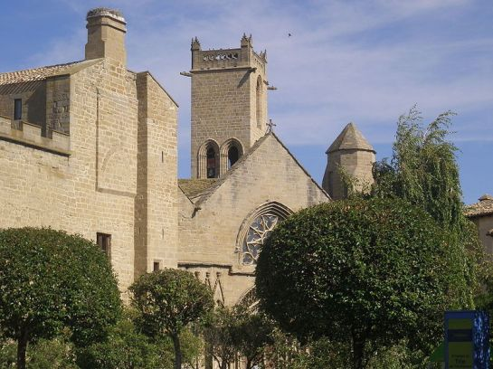 Olite - Vista del Palacio Viejo (actual Parador de Turismo) y de la iglesia de Santa María la Real