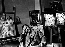 The artist in his Weimar atelier in 1922 (ZPK/Donation fam. Klee/Felix Klee) ()