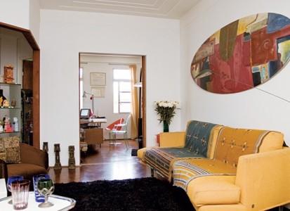 """Tapizado en jacquard color oro, mantas de lana de la India, sofá """"Bhakti"""" tipo mariposa diseñado por Mochi y producido por Gruppo Industriale Busnelli"""