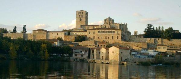 Vista con el río Duero en primer plano y la Catedral al fondo.