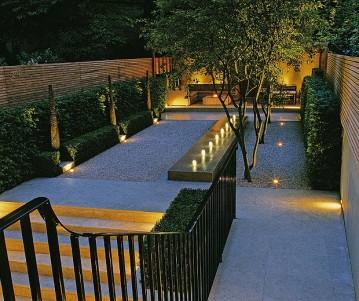 Vista nocturna de un jardín privado en Londres.
