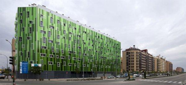 Vallecas 51, recién inaugurado, cambia de color en función de la luz que refleja. | SOMOS Arquitectos.