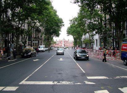 La Avenida de Mayo en su intersección con la calle Perú. Al fondo la Casa Rosada.