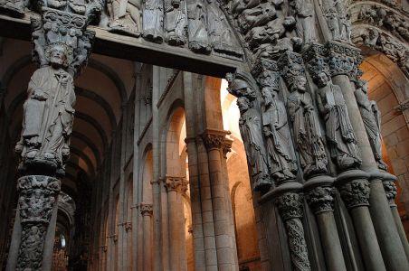 Detalle del Pórtico de la Gloria. Esta imagen se encuentra en la fachada occidental de la catedral.
