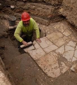 Uno de los integranrtes del equipo de excavación trabaja en la antigua calle jerosolimitana - Foto: Autoridad de Antigüedades de Israel