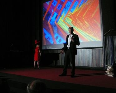 Finazzer Flory sobre el escenario.| Instituto Italiano de Cultura de Madrid