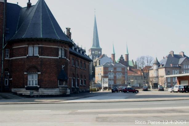 Vista de Aarhus desde el puerto. Al fondo se pueden observar las torres de la catedral.