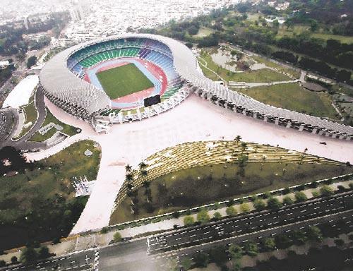 ABIERTO. El acceso principal, ubicado al sudeste, es permeable al entorno.