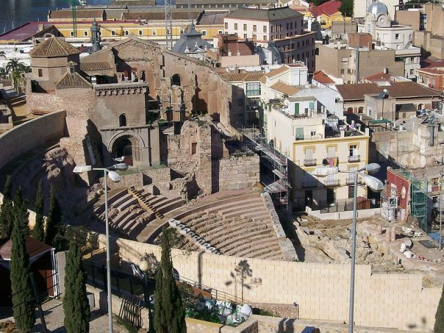 Vista general del Teatro Romano con las ruinas de la Catedral Vieja sobre el graderío. Foto: Wikipedia