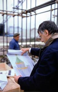 El arquitecto Aldo Rossi con un boceto de su obra, una estructura de metal, cubierta de madera. Foto: FUNDACIÓN LA BIENAL DE VENECIA