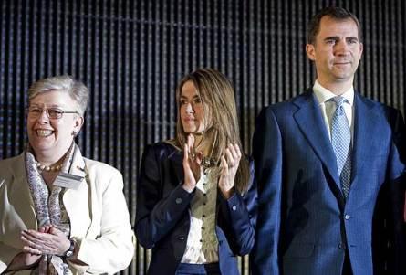 Los principes de Asturias, durante la entrega de los premios Inventor Europeo del año 2010, junto a la presidenta de la OEP, Alison Brimelow. (Imagen: Emilio Naranjo / EFE)
