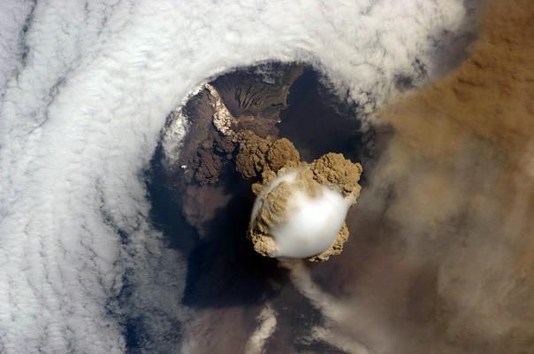 Una foto de la Estación Espacial Internacional permitió este punto de vista sorprendente del volcán Sarychev (Russiaís Islas Kuriles, al noreste de Japón) el 12 de junio de 2009 - Foto: Prensa NASA
