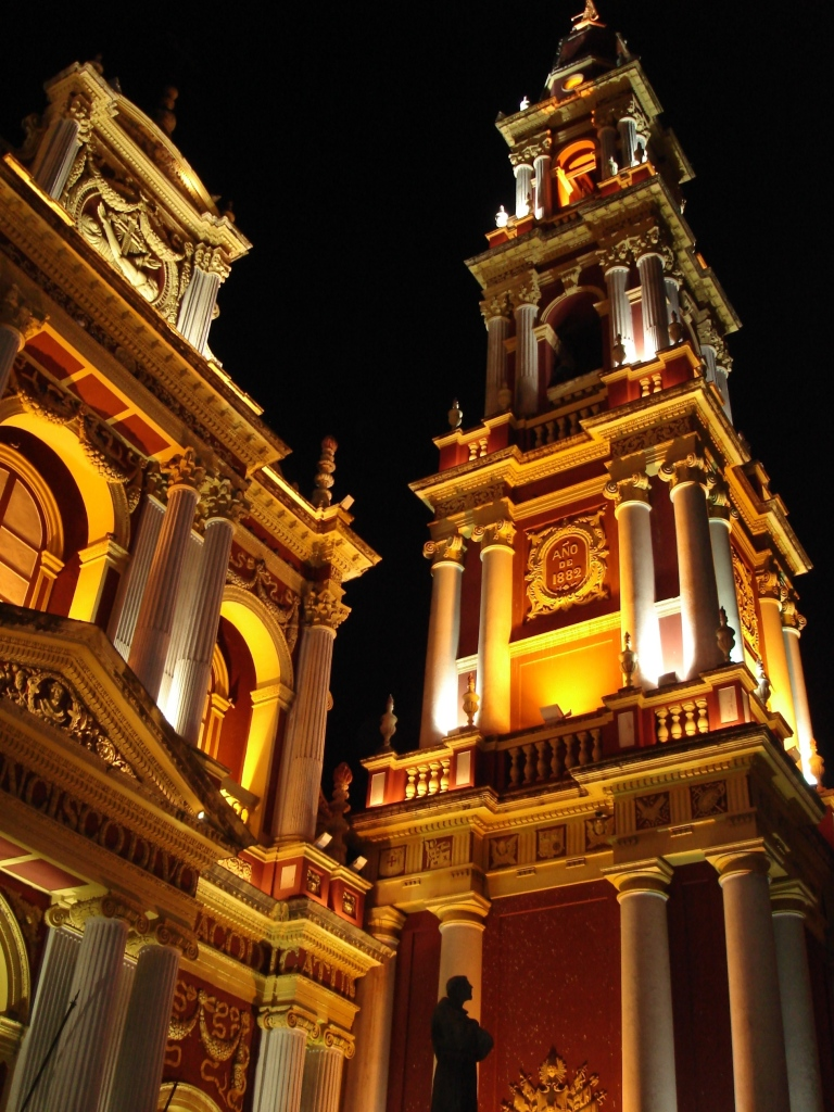 Vista nocturna del frente y la torre del Convento (de San Francisco, Salta Capital) Wikipedia