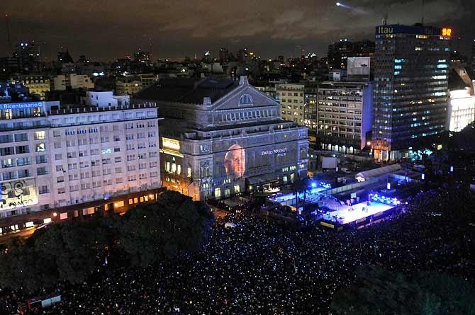 CELEBRACION EN 3D. Miles de personas disfrutaron de una imponente proyección en la fachada del teatro.