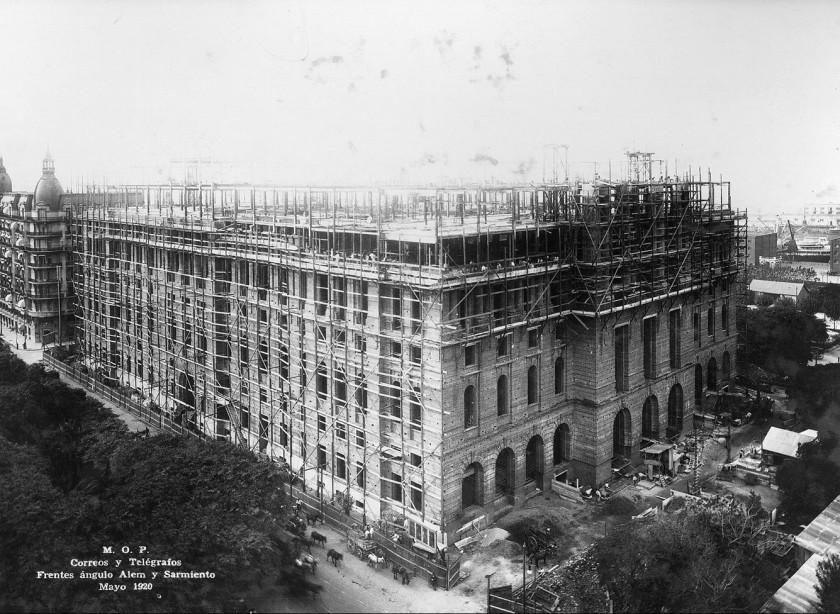 El Palacio (de Correos, ahora Centro Cultural del Bicentenario) aún en construcción (Mayo de 1920) Wikipedia / Dominio Público