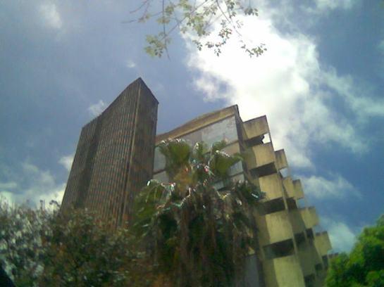 Torre de la Facultad de Arquitectura y Urbanismo, Universidad Central de Venezuela.  Foto - celular Darío Álvarez