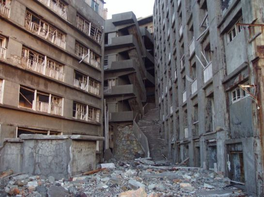 "Buildings and the ""Stairway to Hell"", inside of Hashima Island - Foto: Wikipedia."