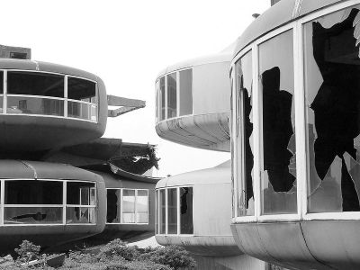 Many of the pod buildings have broken windows. Wikipedia