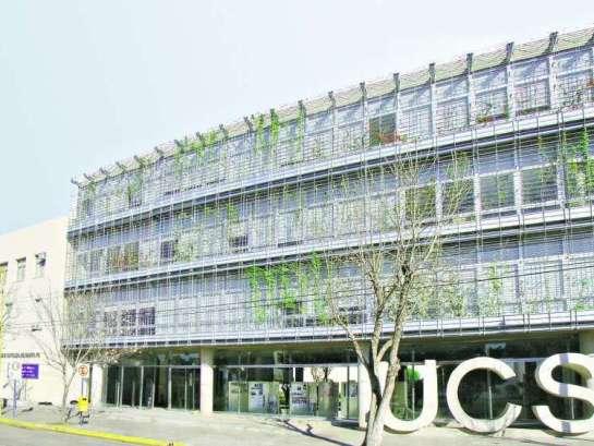 Implantación. En sombreado, el edificio existente de la Universidad. El nuevo bloque recompone las circulaciones de todo el conjunto. Foto: Clarin Arquitectura