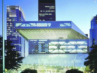 Biblioteca de Seatle. De 2004, una de las obras más premidas de Koolhaas. Un espiral interior permite guardar unos 780.000 libros.