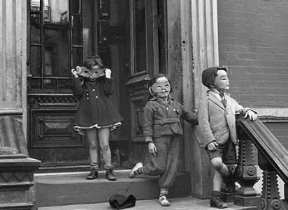 'Niños con caretas'. Nueva York 1942. Helen Levitt. ElMundo.es