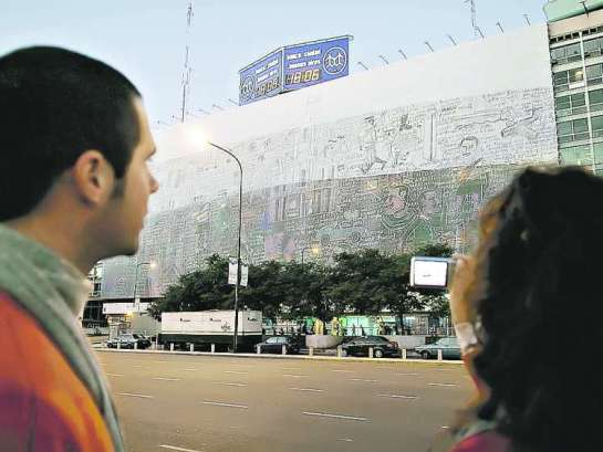 MONUMENTAL. ESTA REALIZADA SOBRE UNA TELA MUY LIVIANA. AYER PARA COLGARLA TARDARON CUATRO HORAS. Foto: Clarin.com