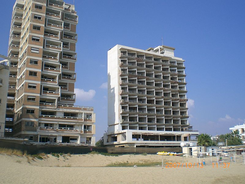Crumbling hotels in Varosha - Foto: Wikipedia