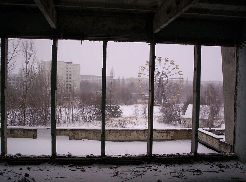 The Prypiat Ferris Wheel, as seen from the City Center Gymnasium. Fuente: Wikipedia
