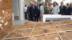 La Reina Sofía atiende las explicaciones del co-director de los yacimientos de Atapuerca. Foto: EFE / ABC.es