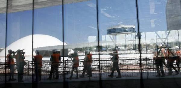 Un grupo de periodistas, durante su visita ayer al Centro Niemeyer de Avilés. Foto: EFE / ABC.es