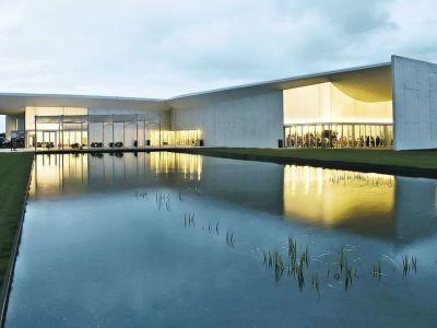 Reflectante. Una laguna artificial en los jardines, pensados para eventos.