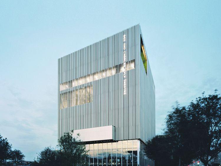Teatro vertical. Un cubo revestido de tubos de aluminio, conformando una fachada ventilada. Foto: Clarín.com, Arquitectura