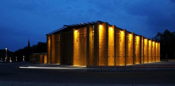 """Vista nocturna de la """"catedral"""" construída con cajas de cerveza. Foto: Gizmodo"""