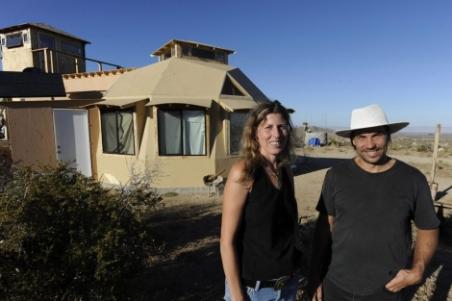 El arquitecto Olaf Schneider y su Magdelan Boyd-Wilson, se han construido una vivienda eficiente con 14.000 dólares. | Efe - ElMundo.es