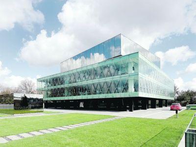 El edificio, ubicado sobre la colina Nakkastepe, en la zona asiática de la ciudad, posee dos prismas encastrados y traslúcidos que conforman un nuevo hito urbano. Clarín.com, Arquitectura