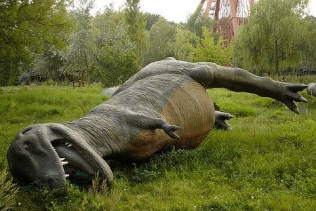 T-Rex derribado con noria al fondo en el abandonado Spreepark de Berlín - Foto:  Urban Ghosts media