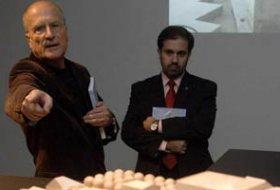 Gonçalo Byrne, a la izquierda, explica uno de sus proyectos a Javier López, ayer en la Barrié Fran Martínez - laopinioncoruña.es