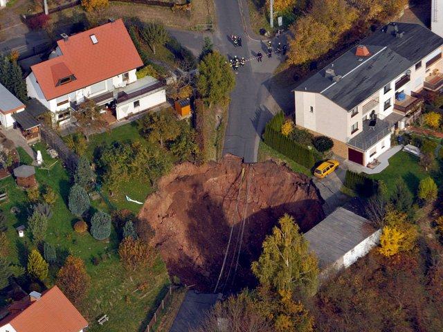 Los residentes de cinco viviendas próximas tuvieron que ser evacuados por el riesgo a que el agujero se agrande en las próximas horas en el estado de Turingia. Foto: EFE | www.rpp.com.pe