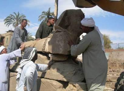 Operarios manipulan una de las doce estatuas halladas por una misión arqueológica en la avenida de las esfinges, que une los templos de Luxor y Karnak. (Imagen: EFE) 20minutos.es