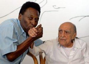 Pelé besa la mano del arquitecto Oscar Niemeyer, ayer en un acto en Brasil. :: AP