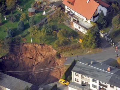 Vista aérea del socavón gigante que se abrió en mitad de una zona residencial en Schmalkalden (Alemania). (Imagen: EFE) 20minutos.es