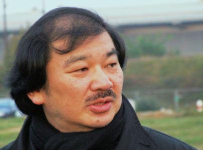 Shigeru Ban en 2005 durante el acto de colocación de la primera piedra en el Centro Pompidou-Metz. Wikipedia