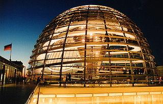 La cúpula del Reichstag de noche. Wikipedia