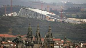 Vista de la Ciudad de la Cultura de Compostela en el monte Gaiás, con la catedral de Santiago en primer término - EFE / ABC.es