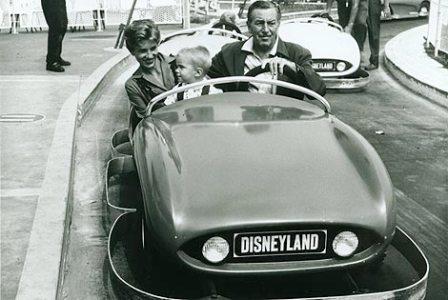 Reproducción de una fotografía de 1957 en la que aparece Disney junto a su familia en el coche 'Disneyland Autopia'. | Efe.
