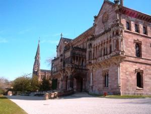 Palacio de Sobrellano en Comillas. Al fondo se puede observar la capilla-panteón construida a modo de pequeña catedral. Wikipedia